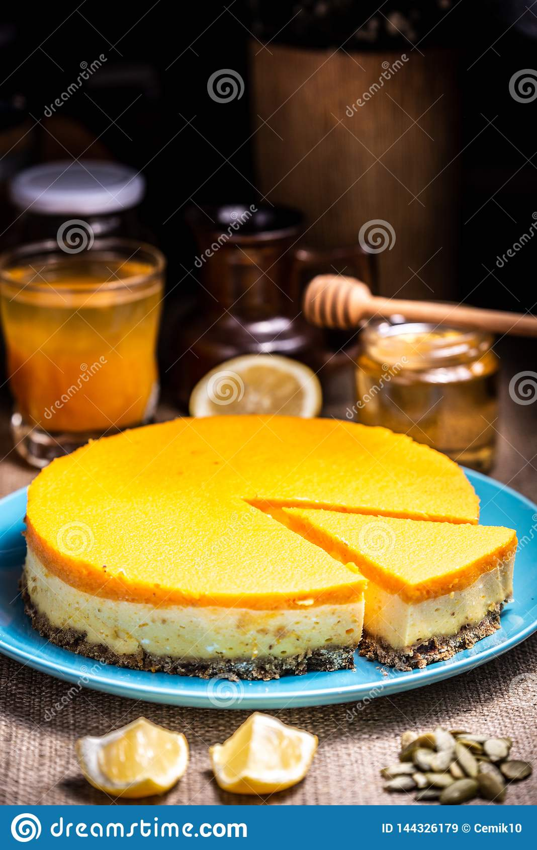 Cheesecake plasterek na błękitnym talerzu