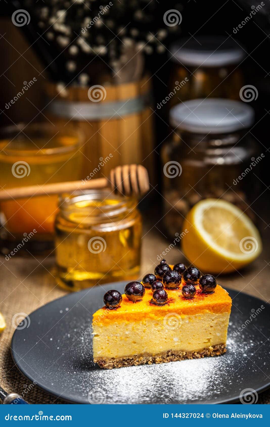 Cheesecake plasterek na b??kitnym talerzu Cukrowy ?nieg Cukieru proszek