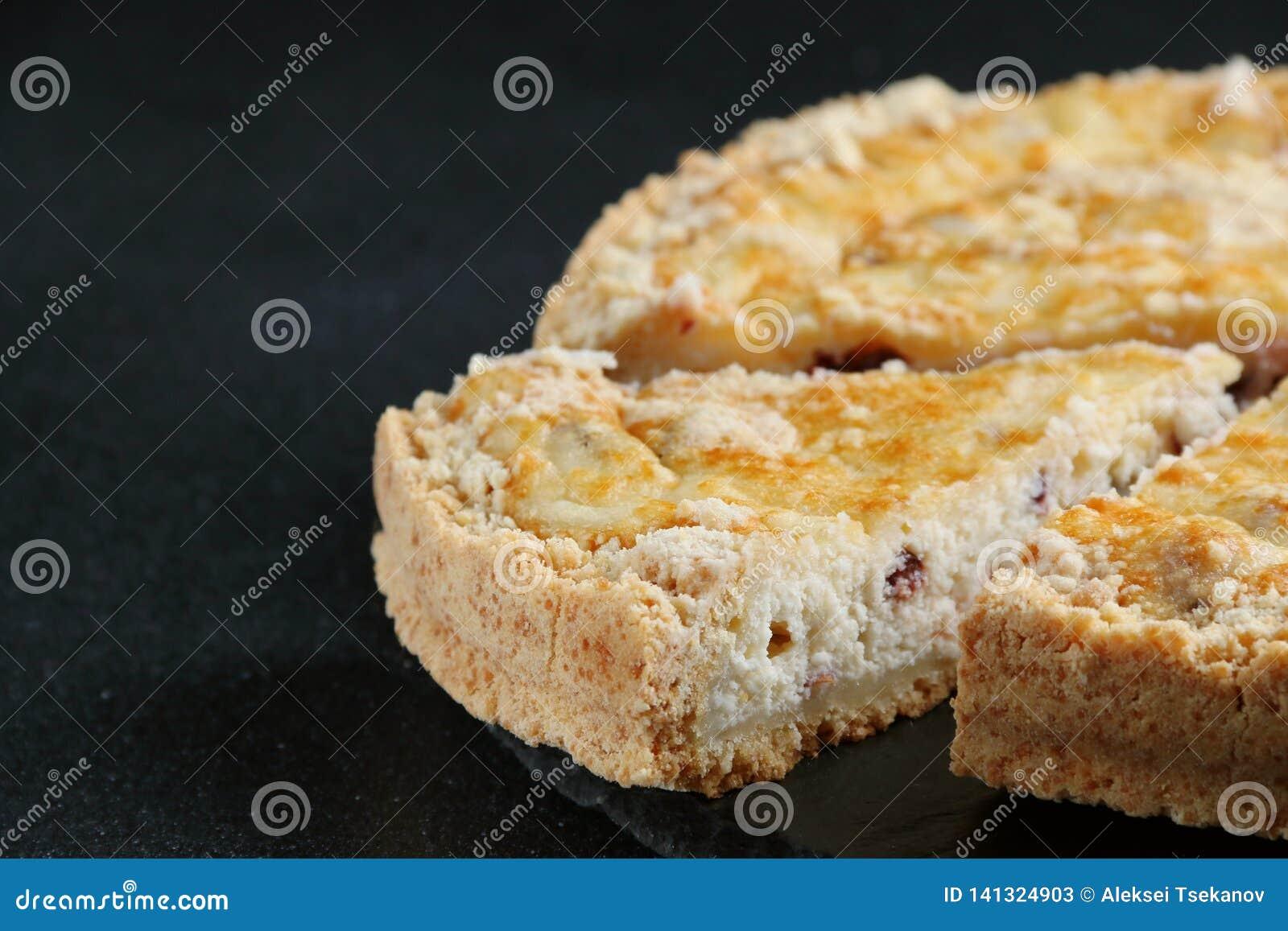 Cheesecake z chałupa serem zamkniętym w górę ciemnego tła na
