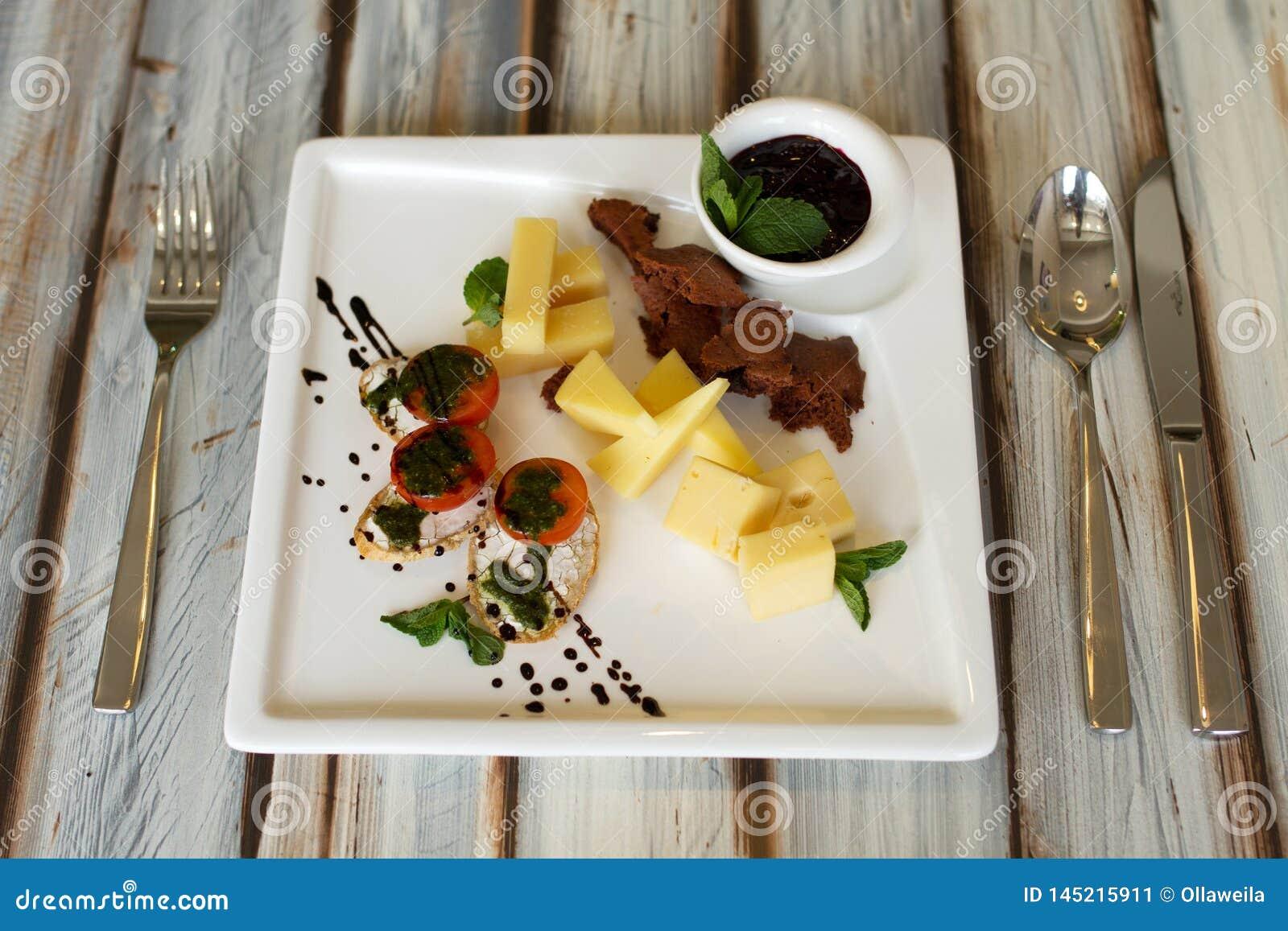 Cheeseplate mit souce auf einer Tabelle