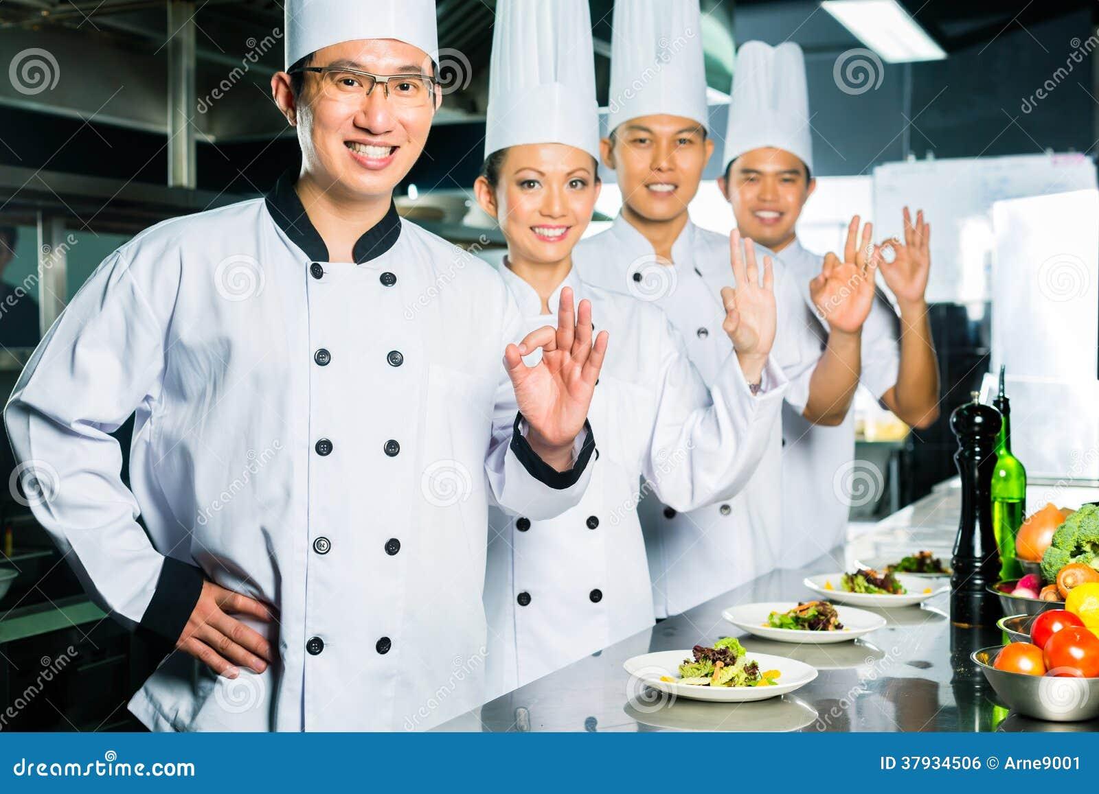 Chef asiatique dans la cuisson de cuisine de restaurant for Apprendre cuisine asiatique