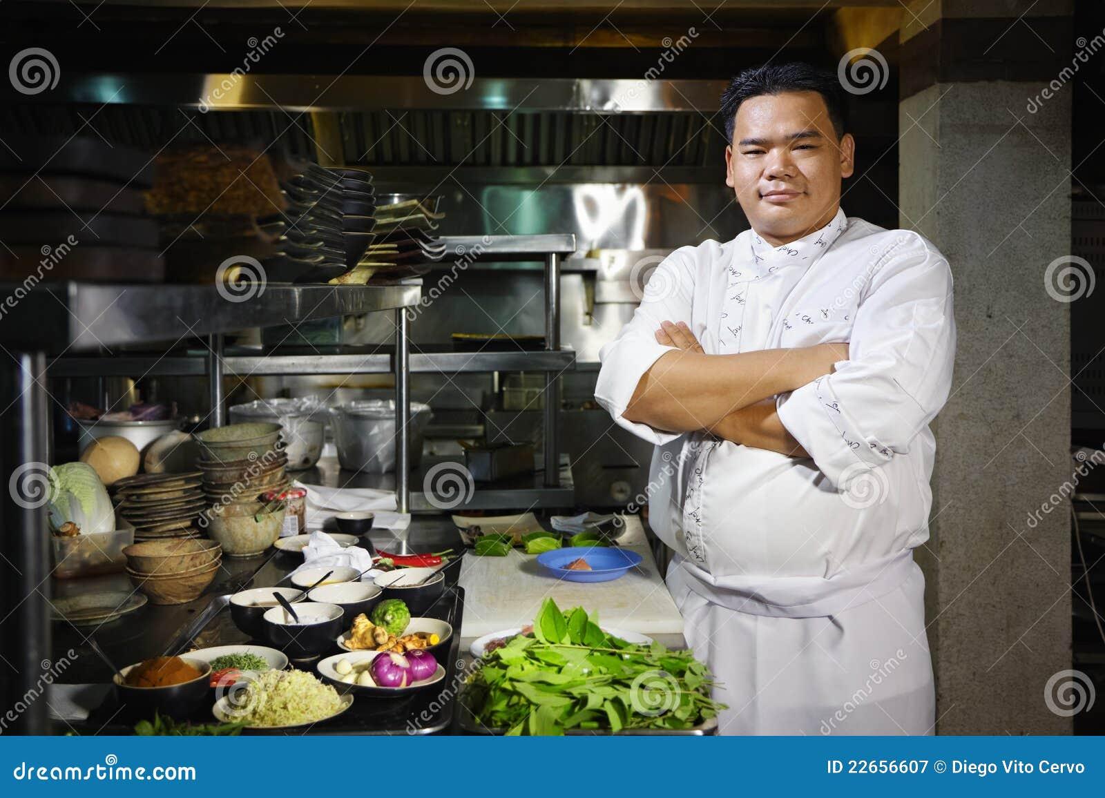 Chef asiatique souriant l appareil photo dans la cuisine for Ala cuisine iron chef