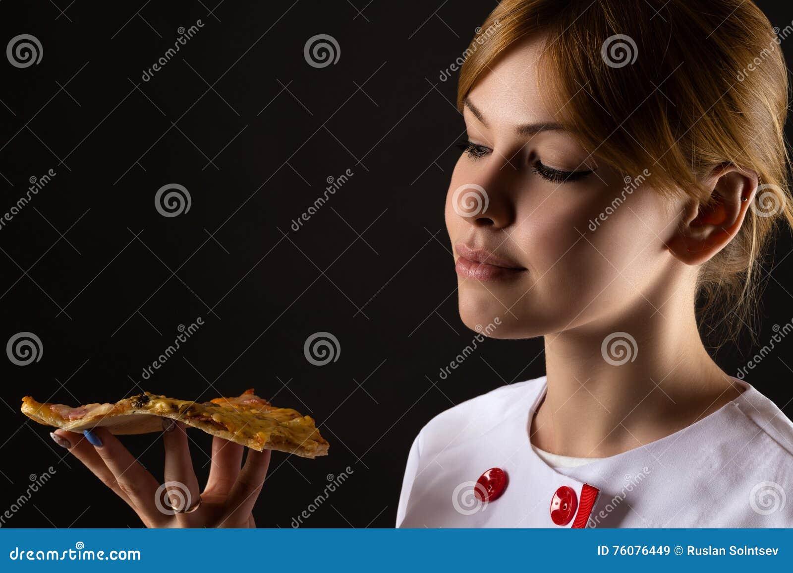 Chef attirant regardant la tranche de pizza