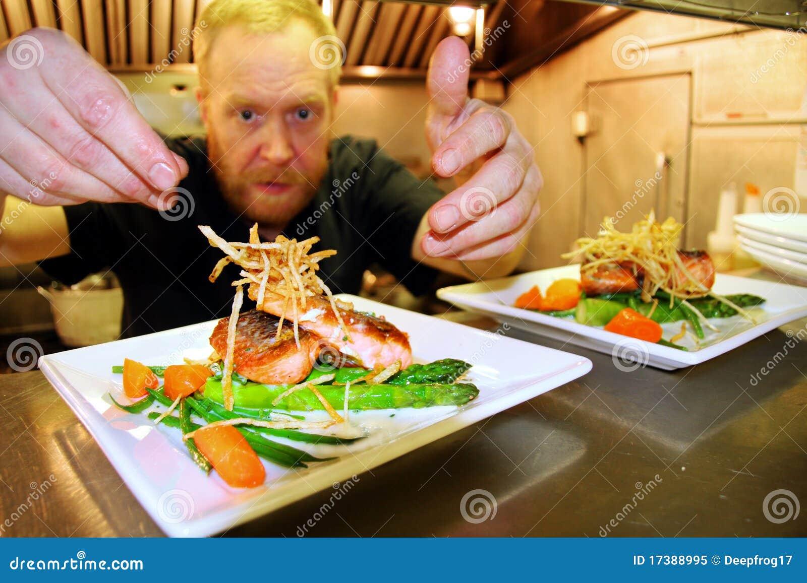 Chef au travail dans la petite cuisine photo libre de for Petite cuisine restaurant