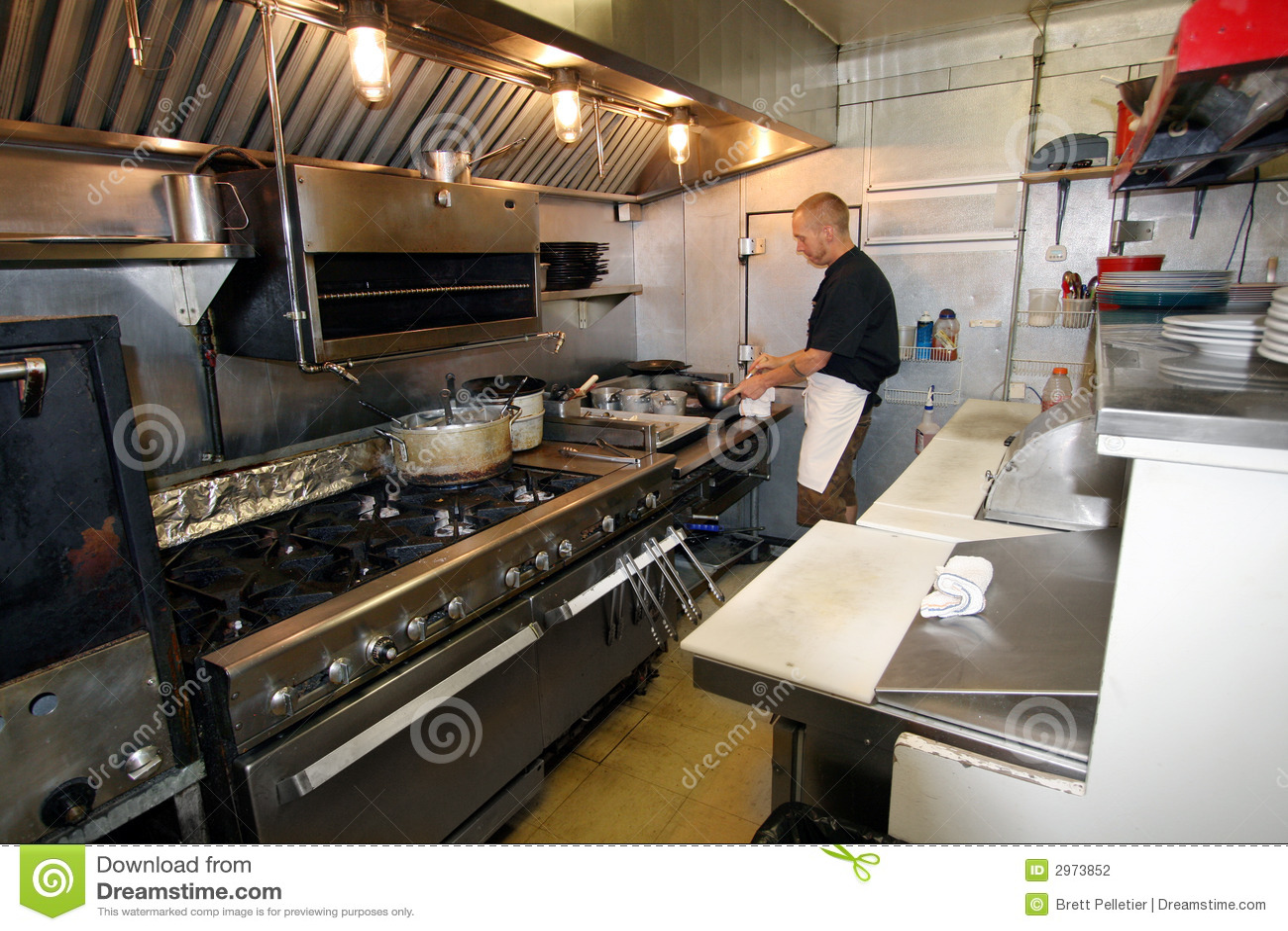Chef Au Travail Dans La Petite Cuisine Photo Stock Image Du