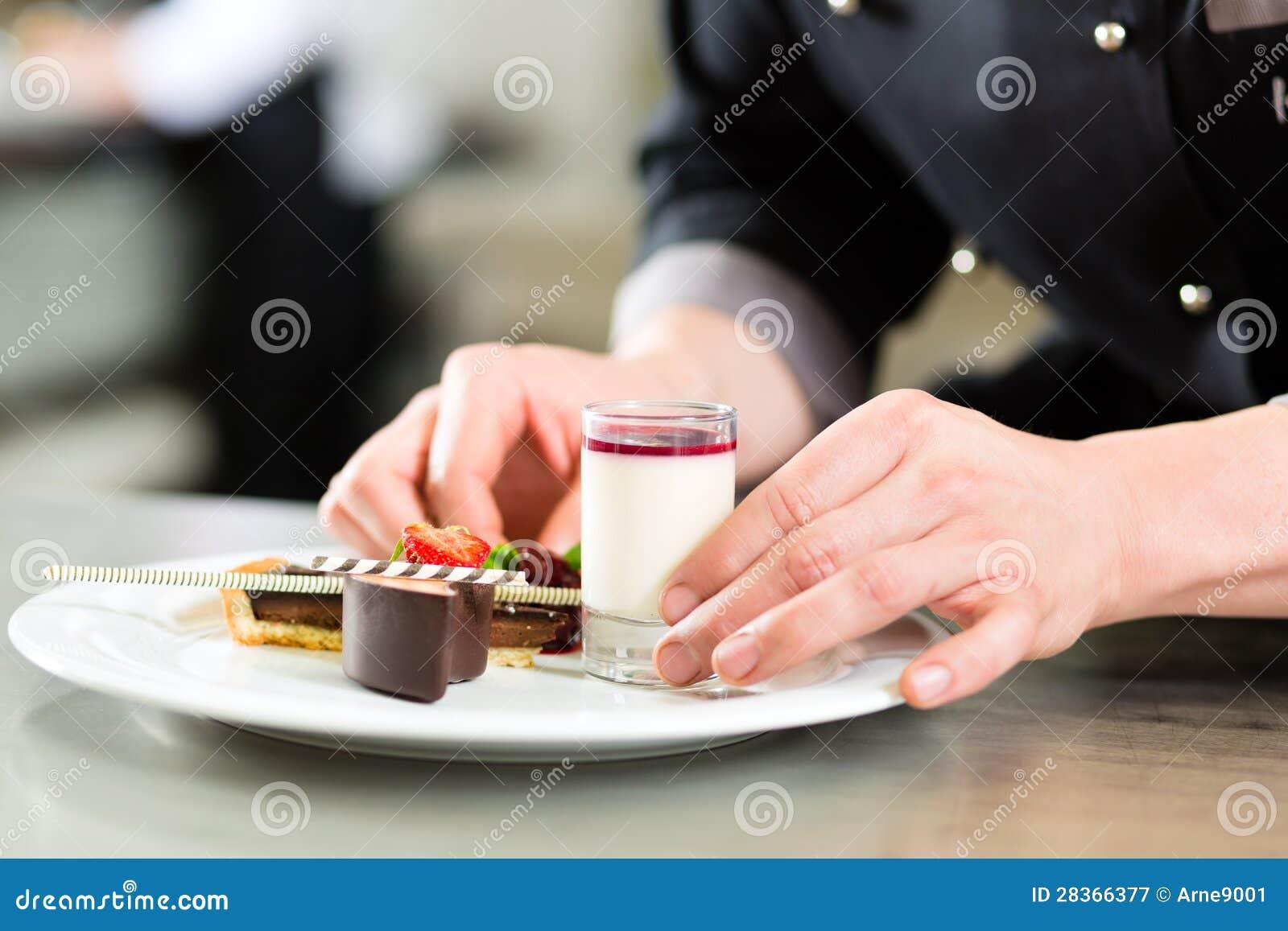 Chef comme patissier faisant cuire en dessert de restaurant photographie stoc - Dessertes de cuisine ...