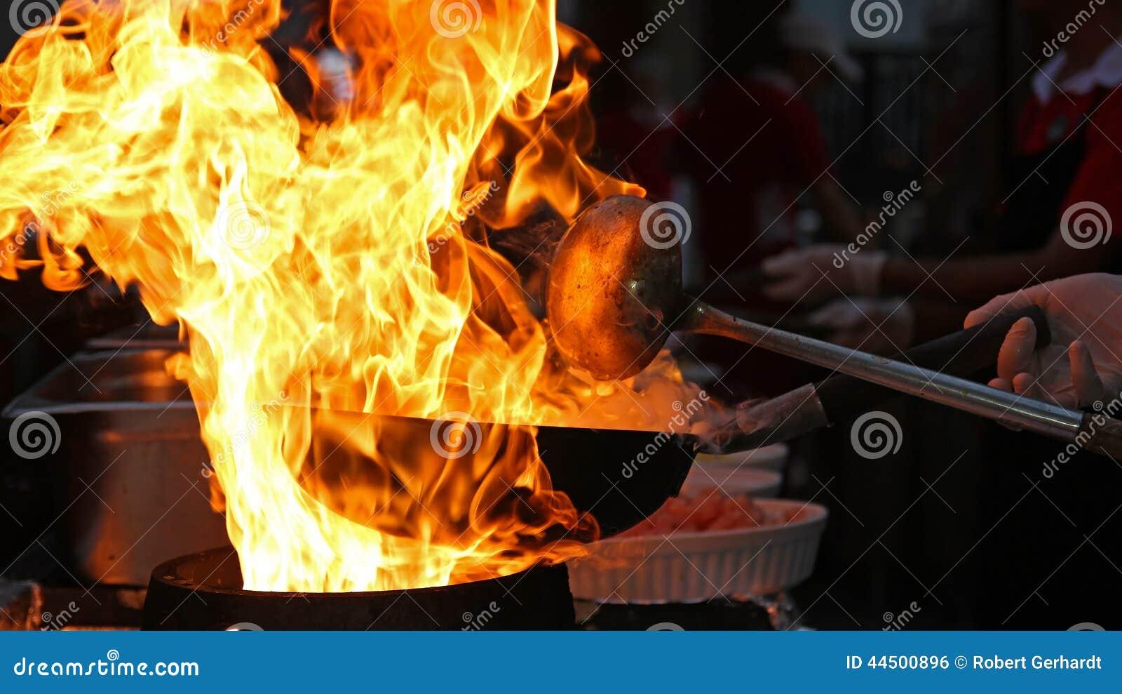 Chef Cooking With Fire dans la poêle