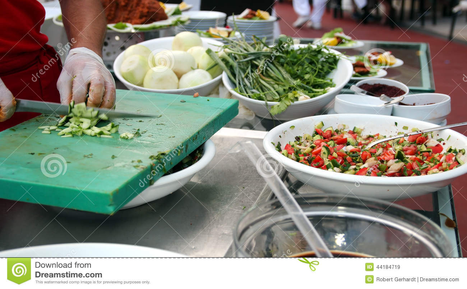 Chef coupant des ingrédients de salade