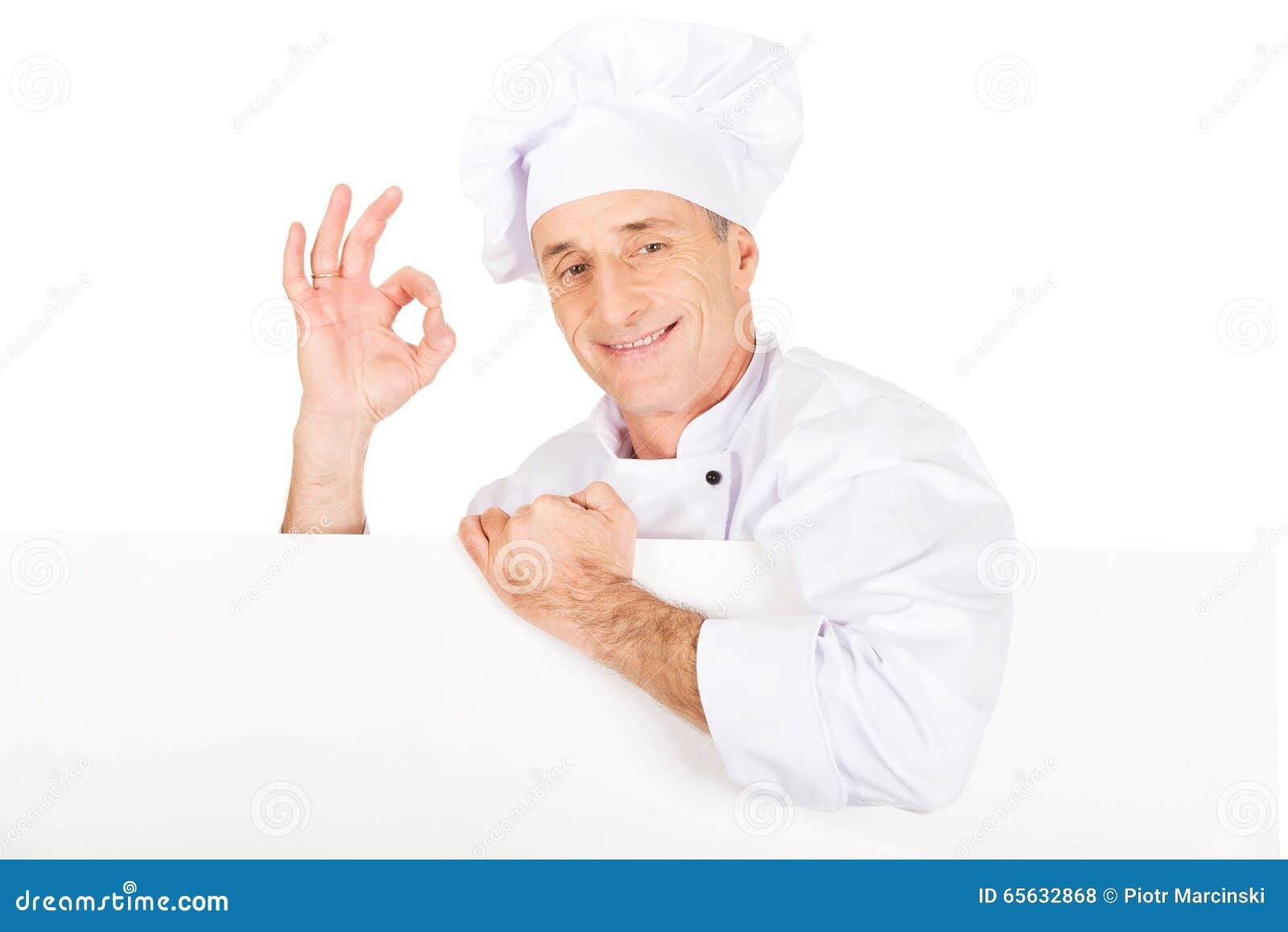 Chef dans l uniforme blanc tenant la bannière vide