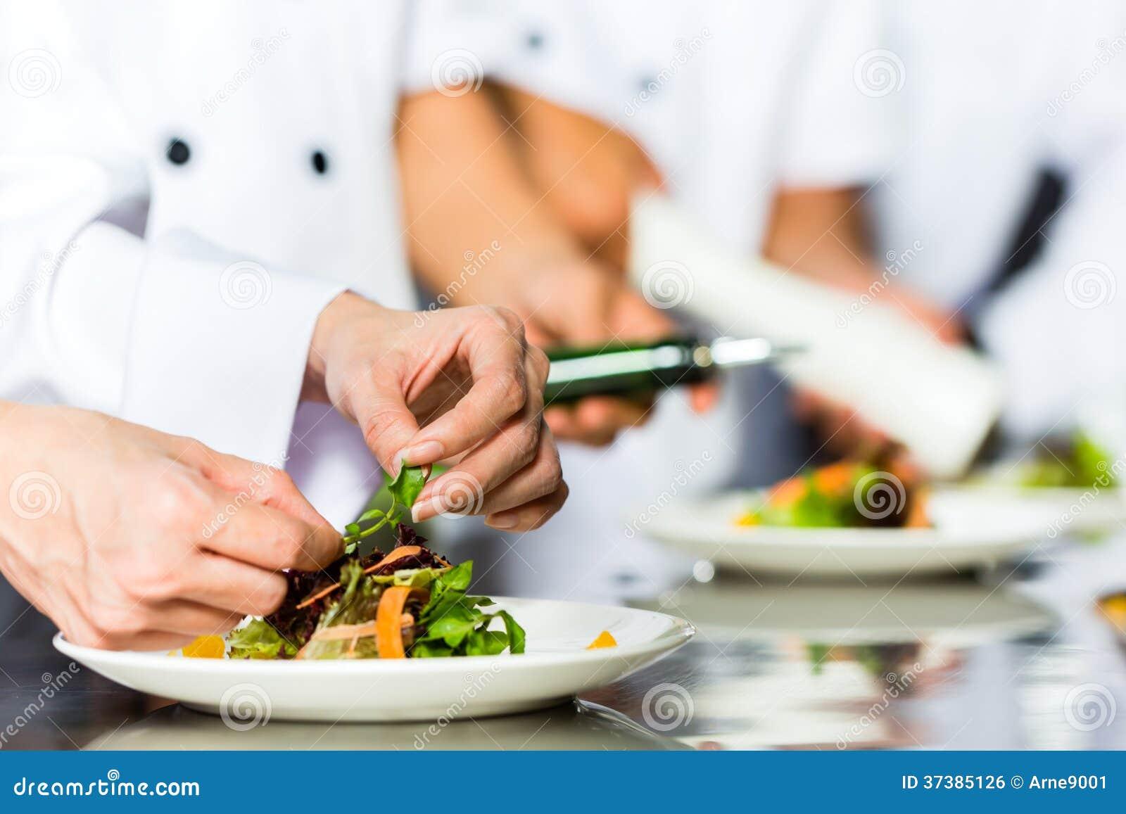Chef dans la cuisson de cuisine de restaurant