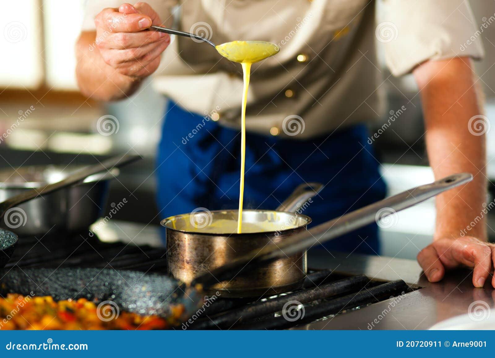 Chef dans une cuisson de cuisine de restaurant ou d hôtel
