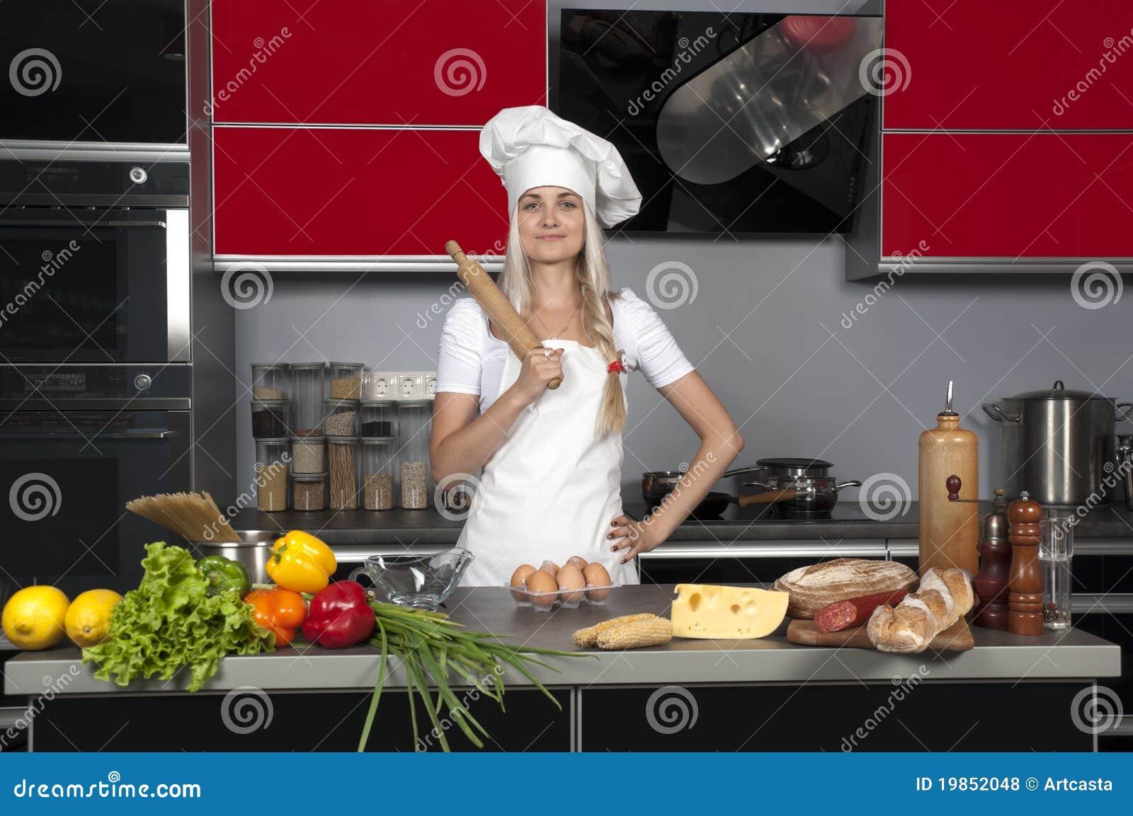 Chef de fille dans la cuisine photos libres de droits for Cuisine fille