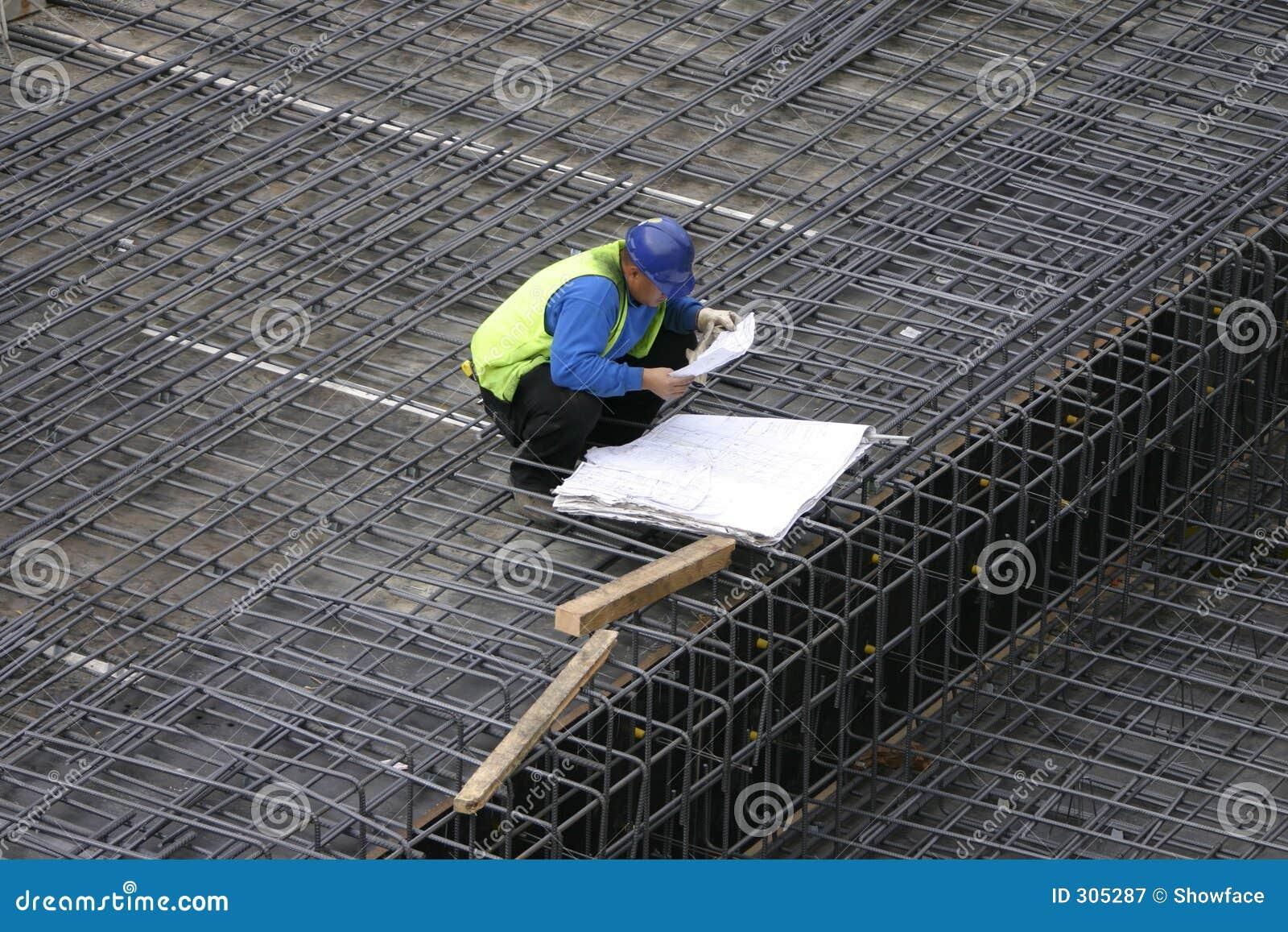 Chef de projet affichant les plans de site