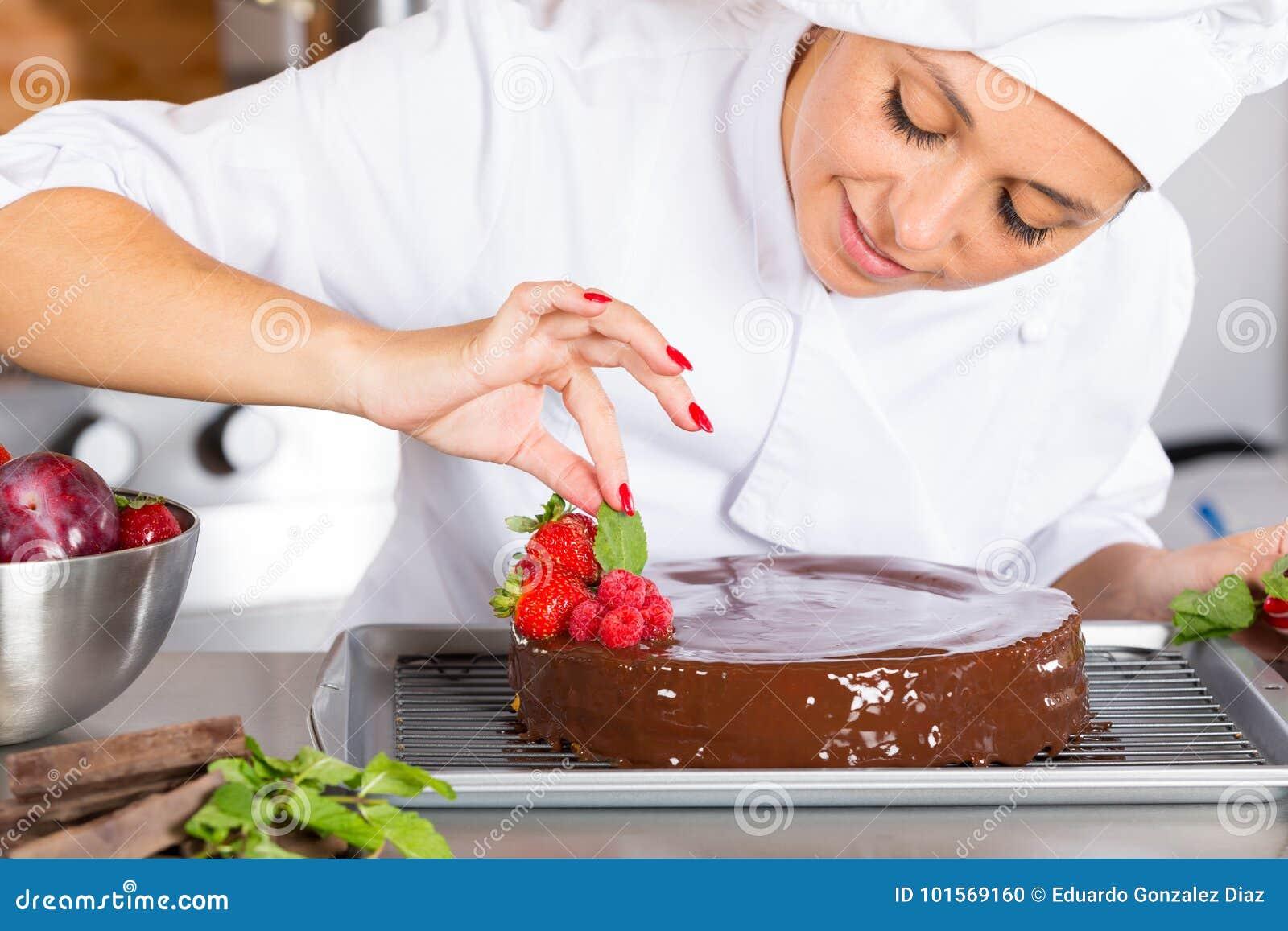 Chef de repostería en la cocina
