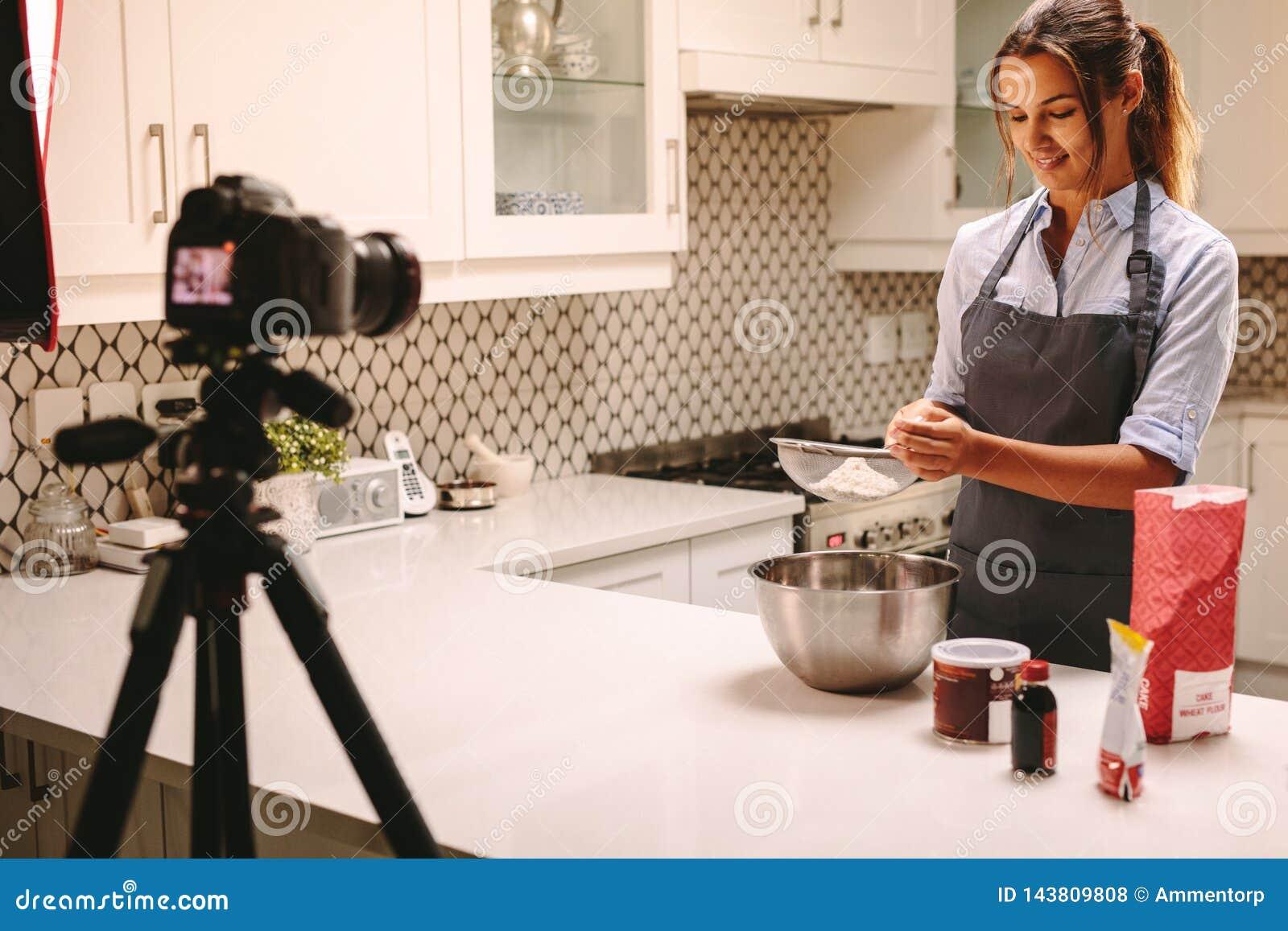 Chef de repostería vlogging en cocina