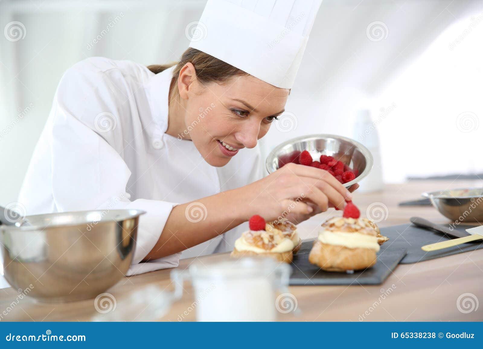 Chef De Repostería De La Mujer Que Prepara El Desierto