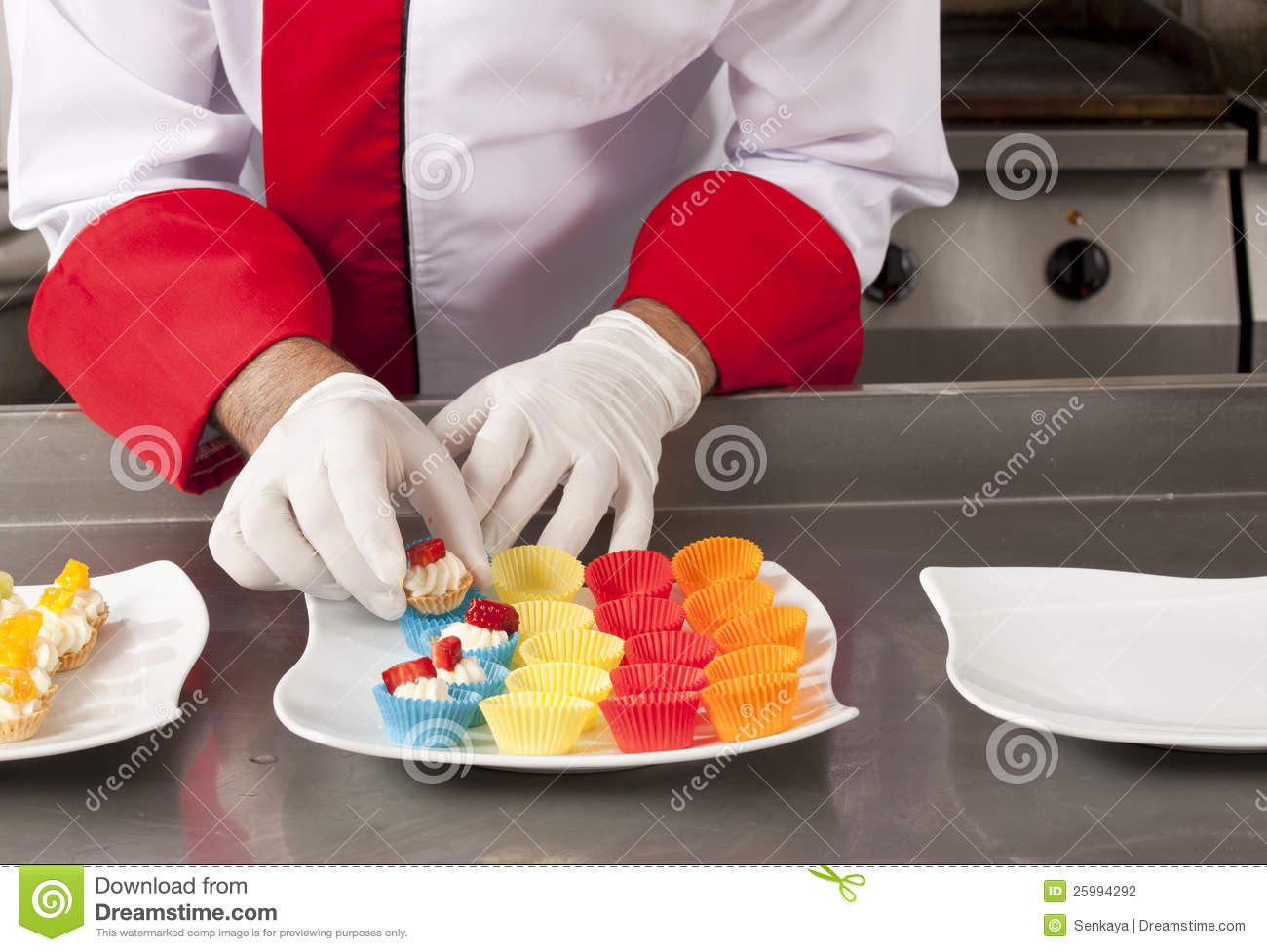 Chef decorating canapes stock photography image 25994292 for Decoration canape