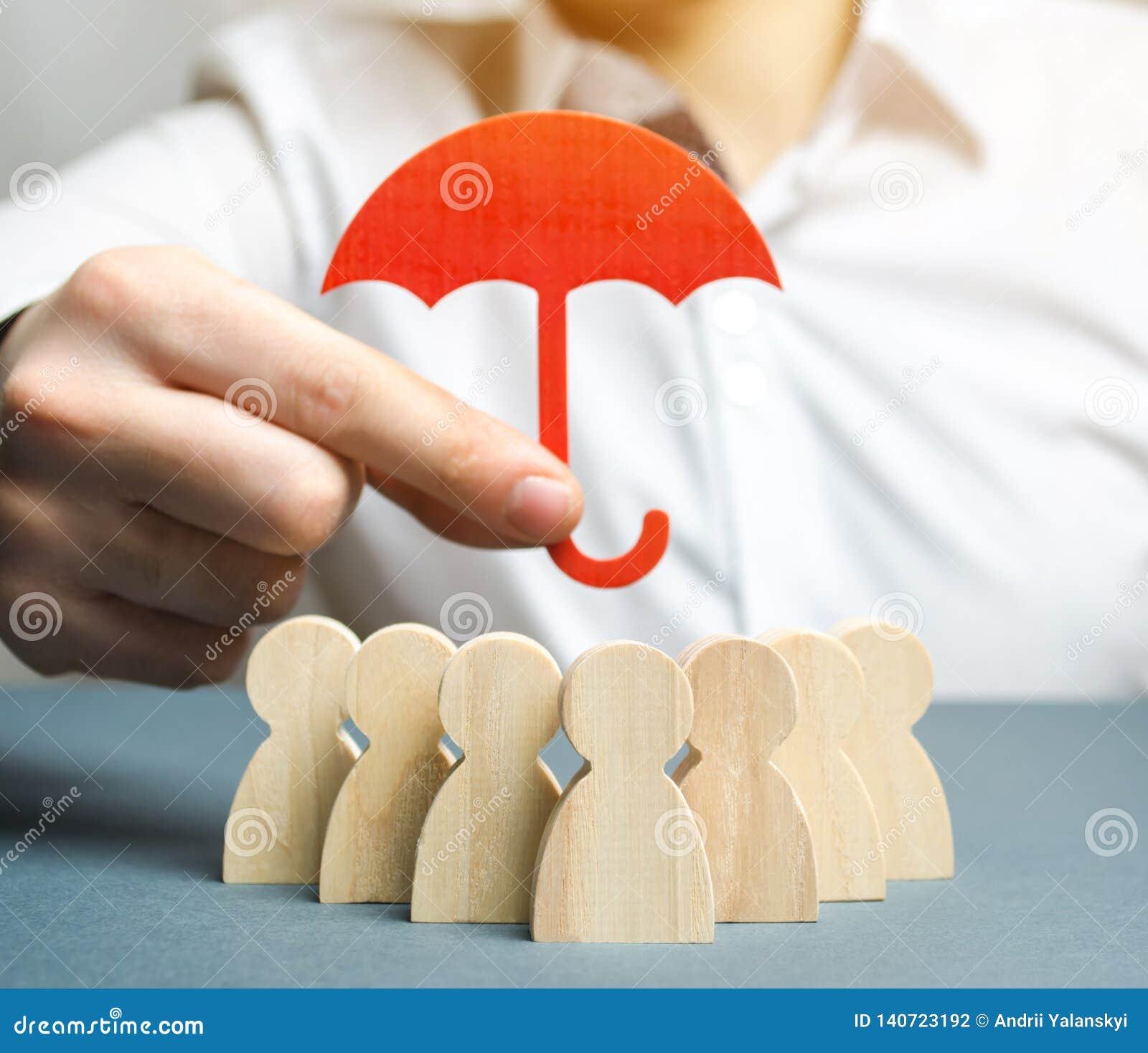 Chef, der einen roten Regenschirm hält und sein Team mit einer Geste des Schutzes verteidigt Schutz und Sicherheit in einem Gesch