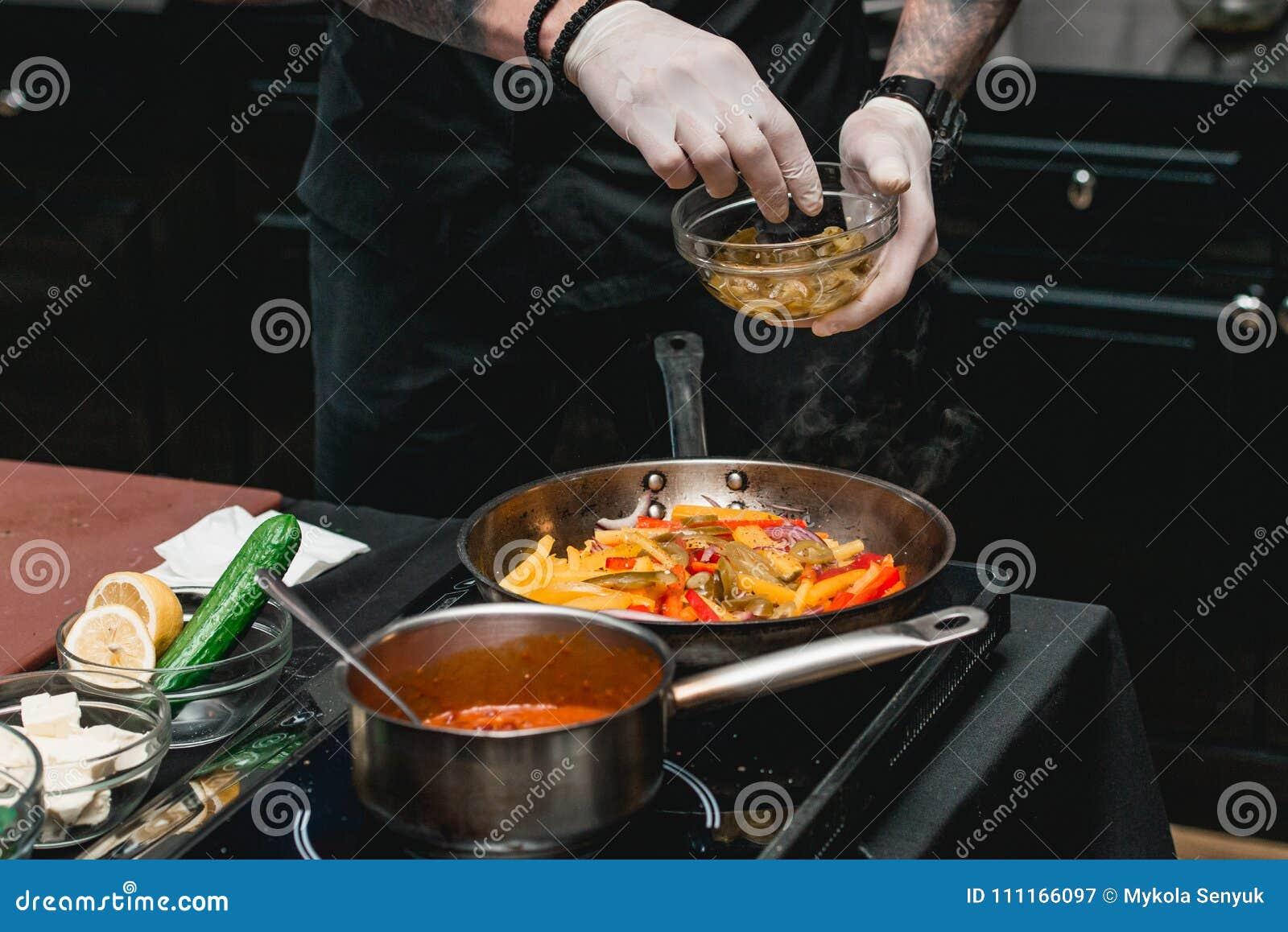 Chef, der gesunde frische Fajitas oder fajitos mit Rindfleisch macht Einfach, aber geschmackvoll, gesund Nationales mexikanisches
