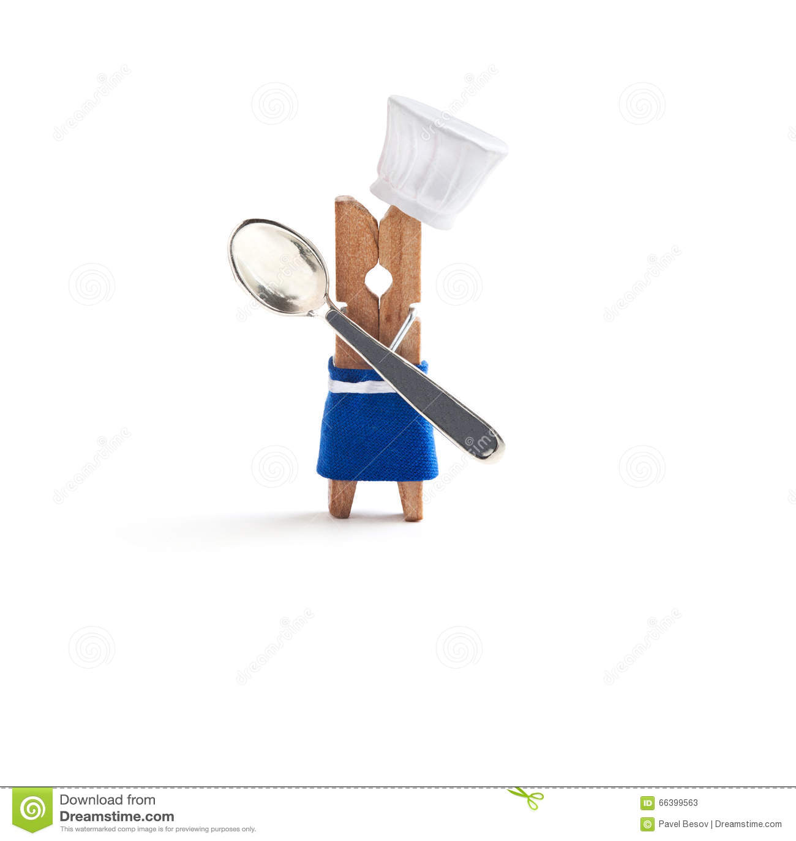 Chef, der mit Löffel auf weißem Hintergrund kocht Lustiger Wäscheklammerrestaurantcharakter kleidete im Hut, blaues Schutzblech a