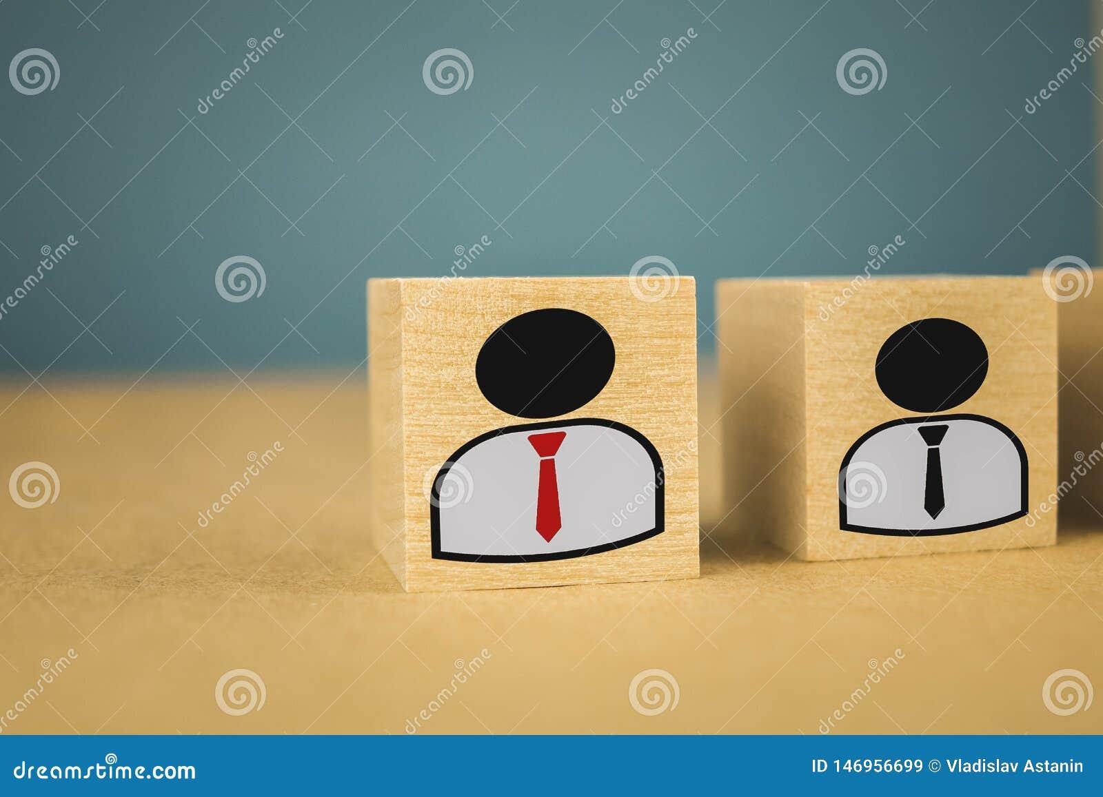 Chef et figurines subalternes sur les cubes en bois