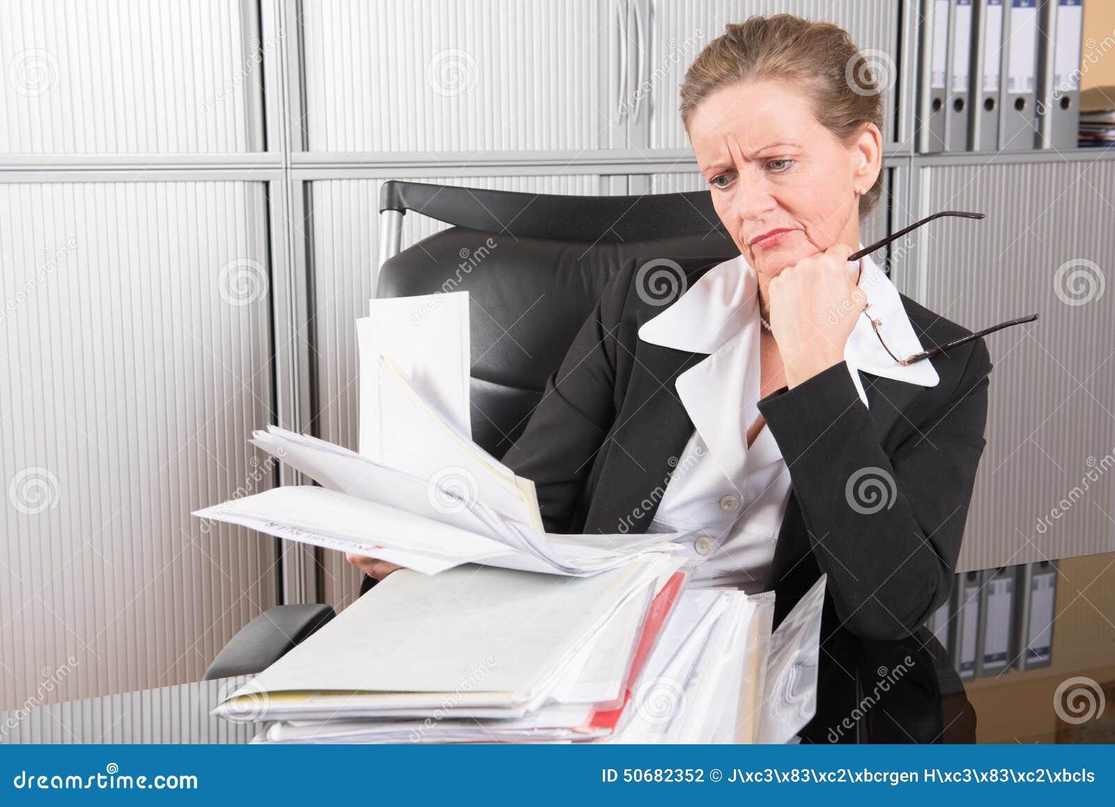 chef f minin dans le bureau avec trop de travail photo stock image 50682352. Black Bedroom Furniture Sets. Home Design Ideas