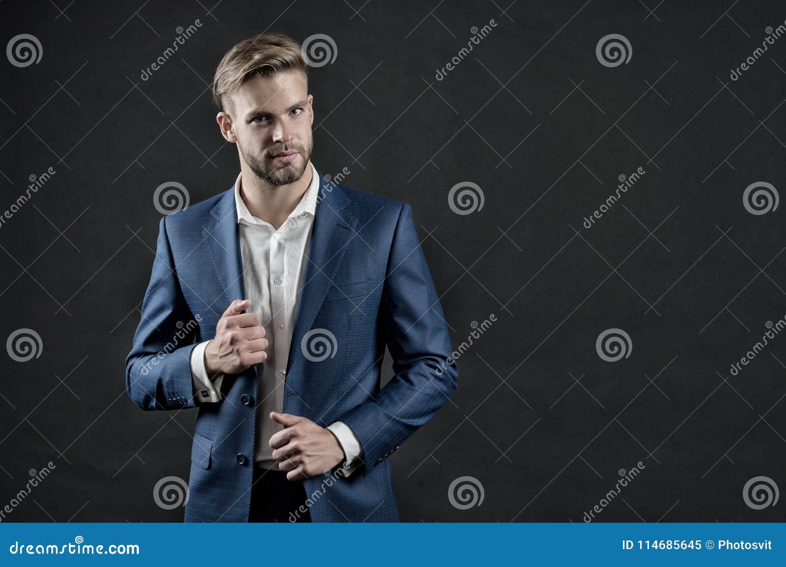 Chef i formell dräkt Man i blåttdräktomslag och skjorta Affärsman med skägget och stilfullt hår Mode, stil och klänningtorsk
