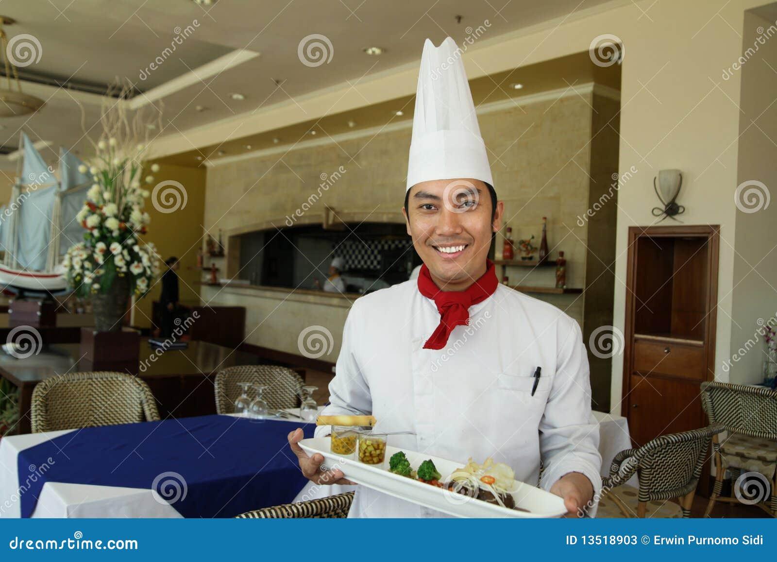 Chef-kok die zich bij restaurant bevindt