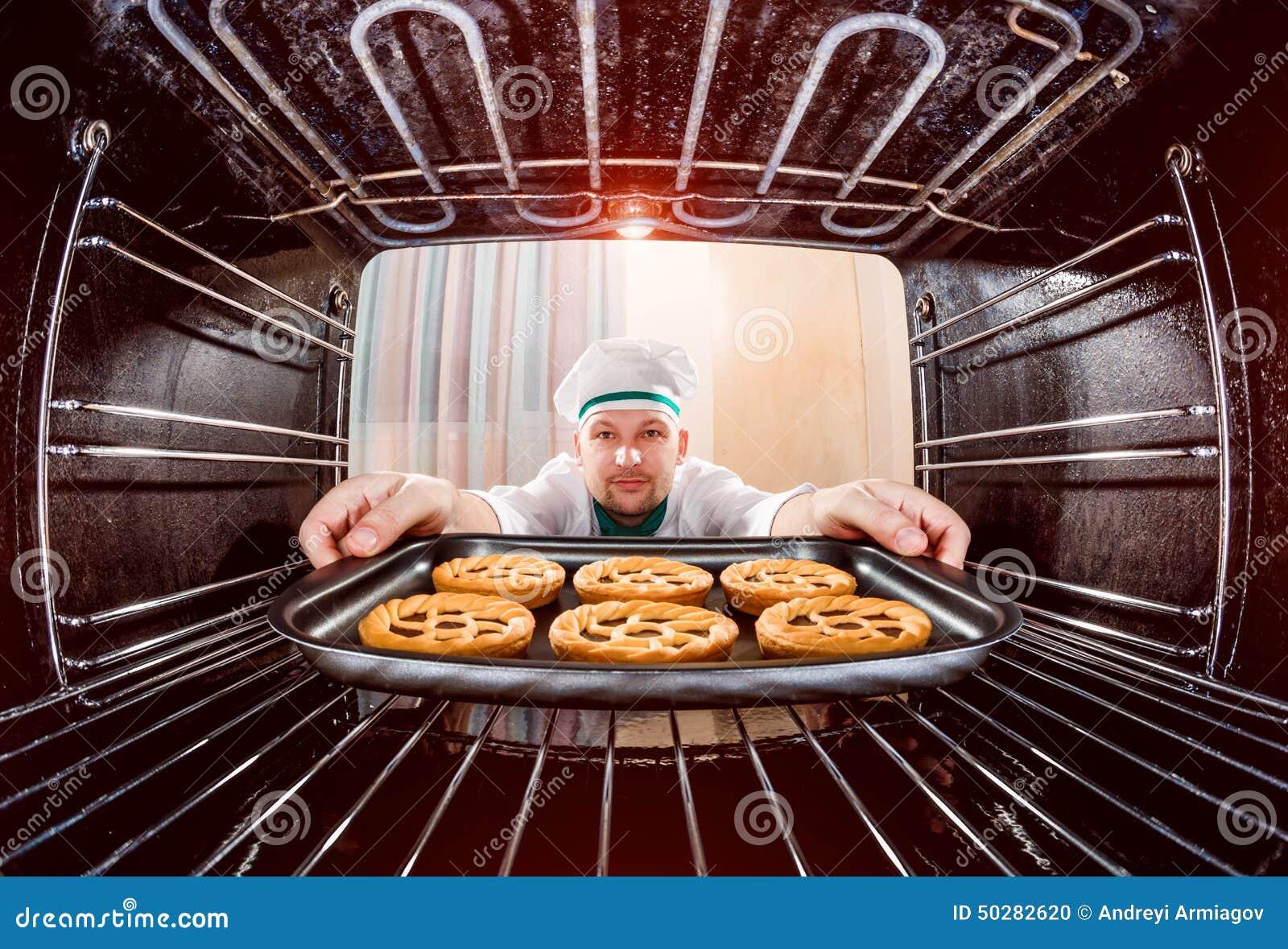Chef-kok het koken in de oven