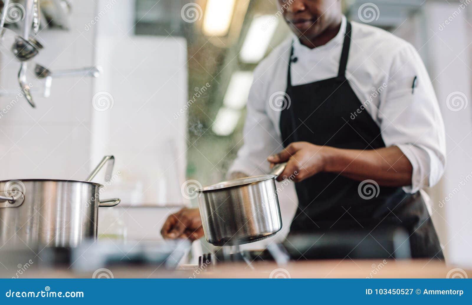 Chef-kok kokend voedsel bij restaurantkeuken