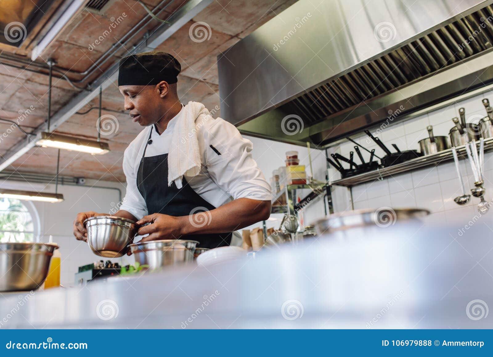 Chef-kok kokend voedsel in een commerciële keuken