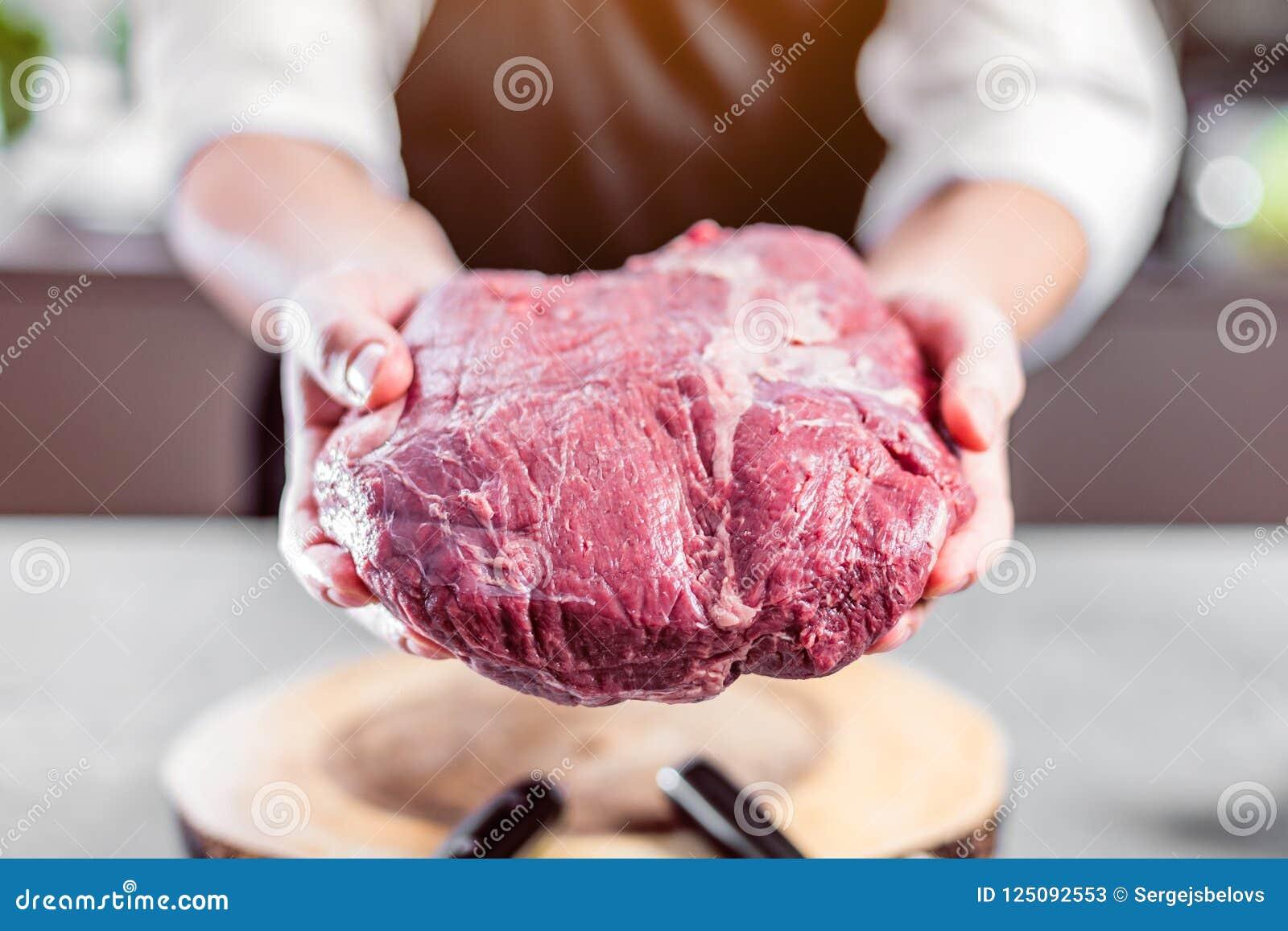 Chef-kok in restaurantkeuken die iets koken