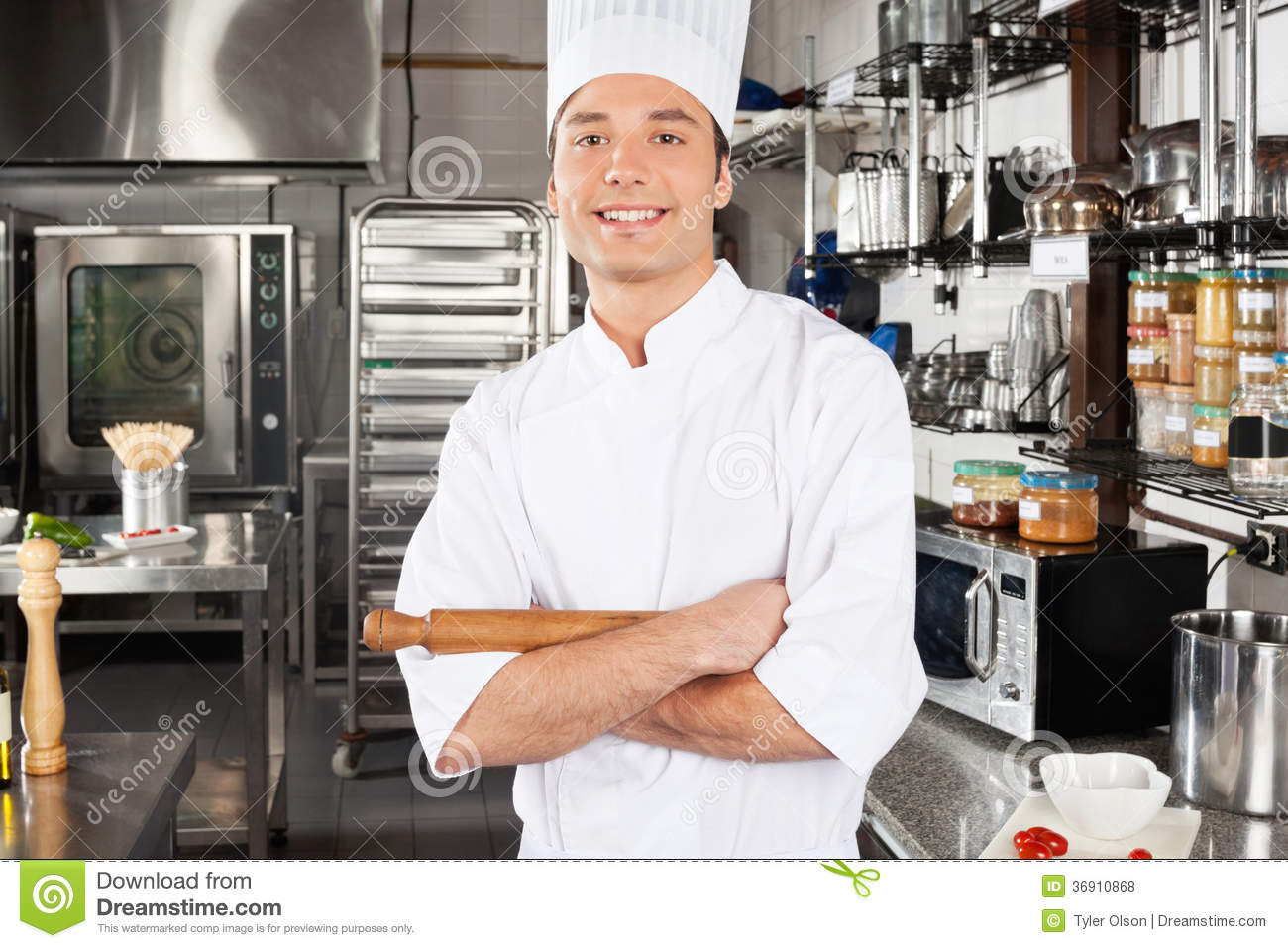 Chef masculin heureux In Kitchen