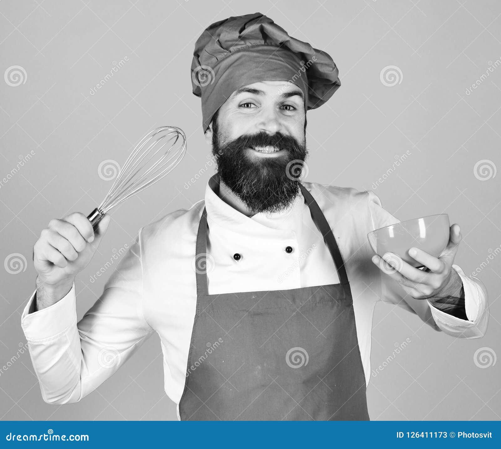 Chef mit roter Platte und peitschen Gerät Mann oder Hippie