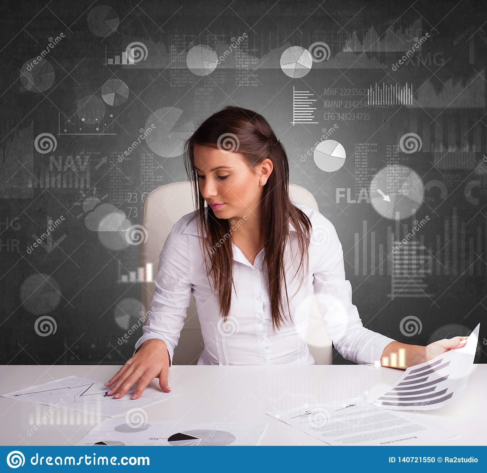 Chef på kontoret som gör rapporter och statistik med svart tavlabakgrund