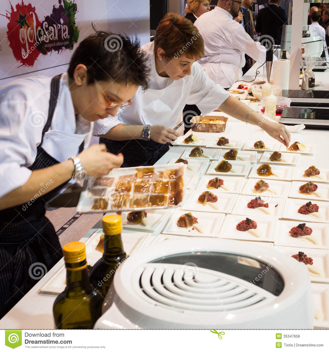 Chef 39 s assistants working at golosaria 2013 in milan for Assistant cuisine