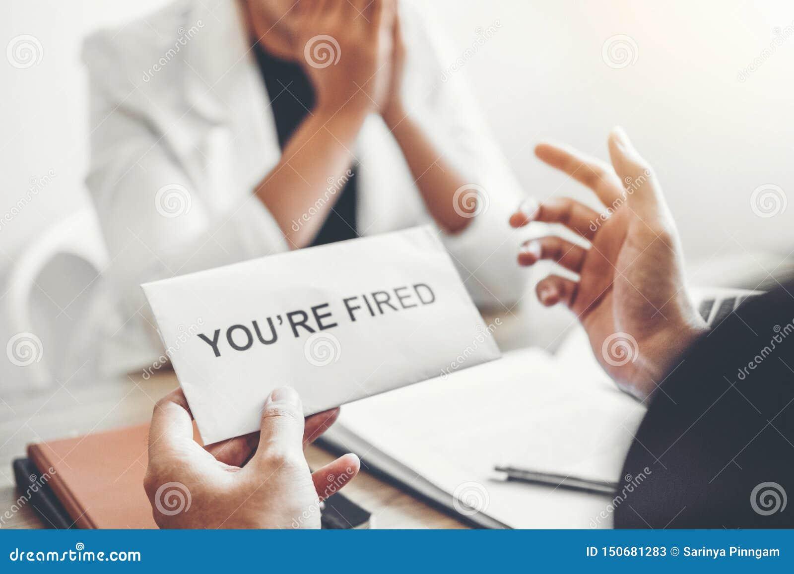 Chef Send ein Kündigungsbrief zur Geschäftsfrau, die für beendigt einem Job verpackt den Kasten und verlässt das Büro, Rücktritt