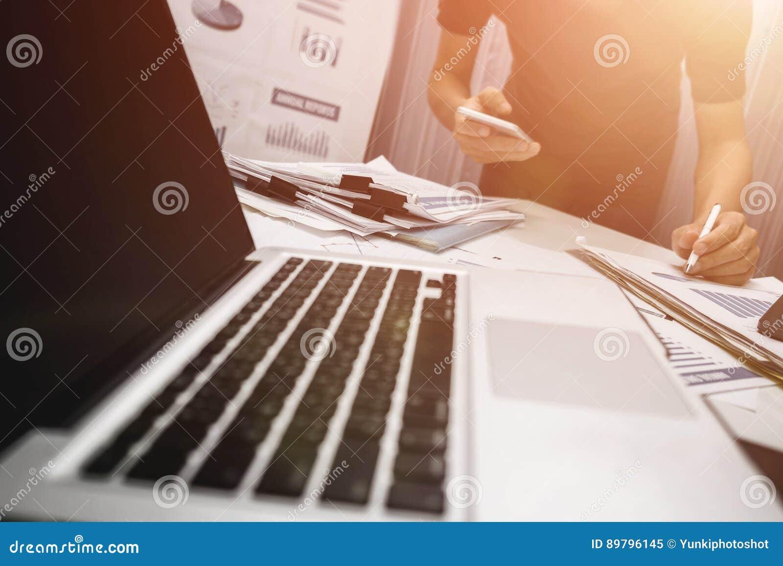Chef som arbetar i kontoret, till salu begrepp för egenskap