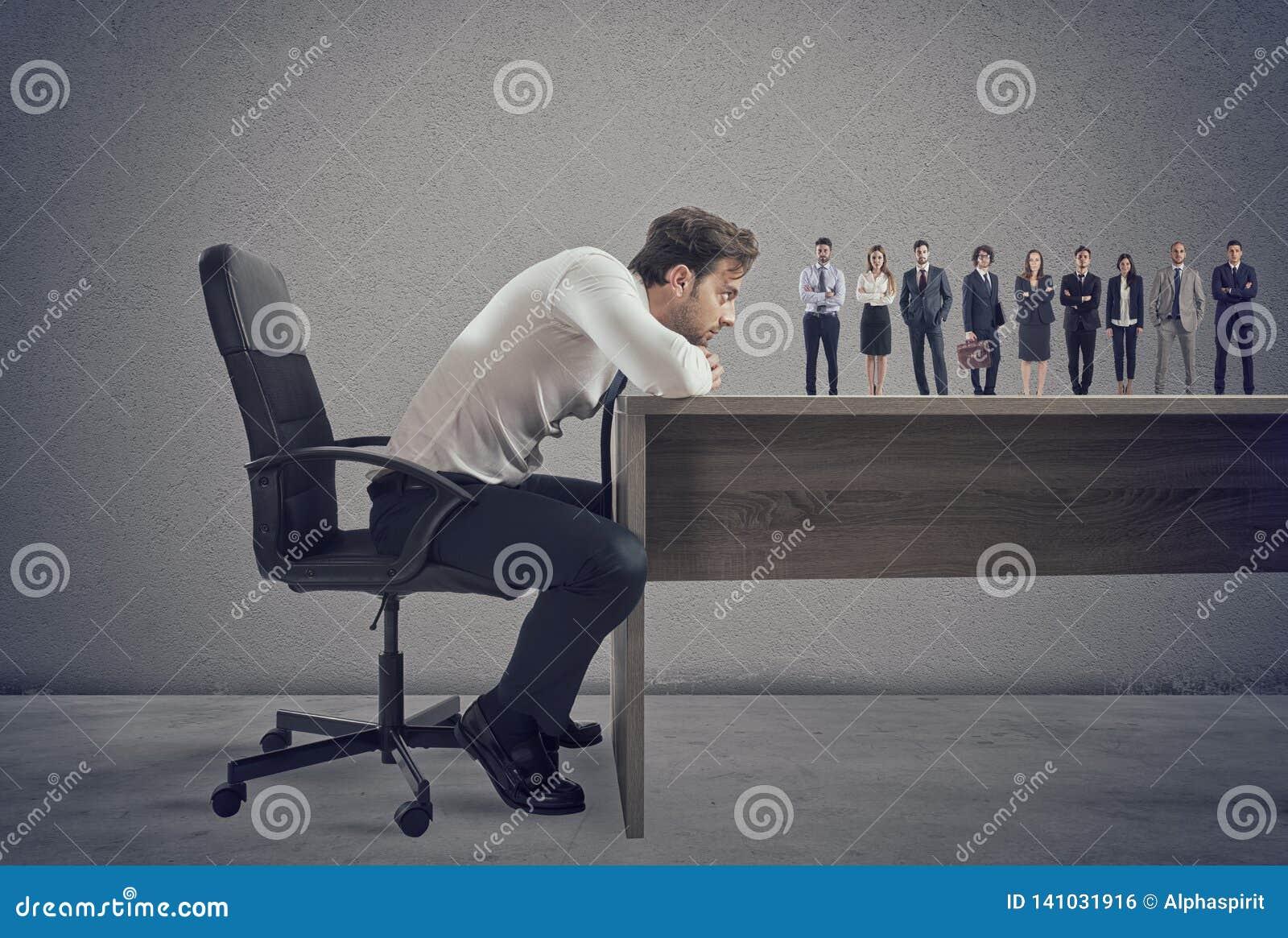 Chef wählt passende Kandidaten zum Arbeitsplatz vor Konzept der Einstellung und des Teams