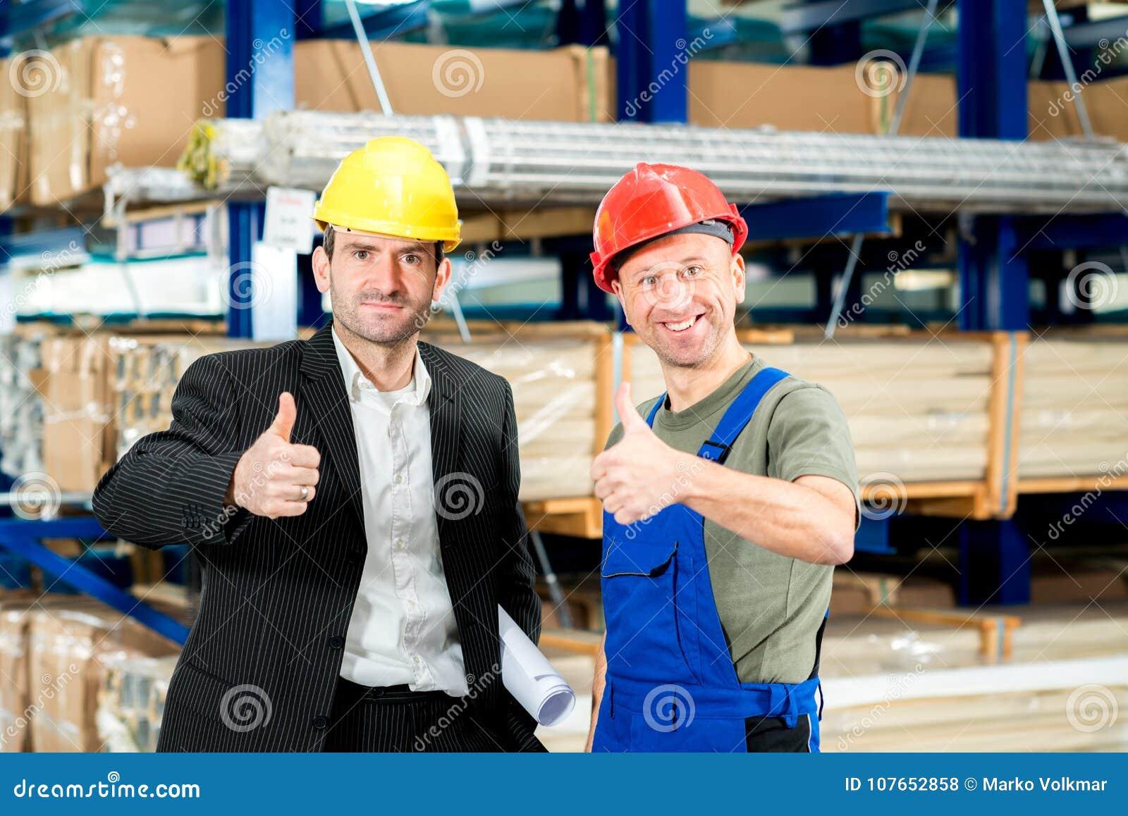 Chefe e trabalhador com polegar acima