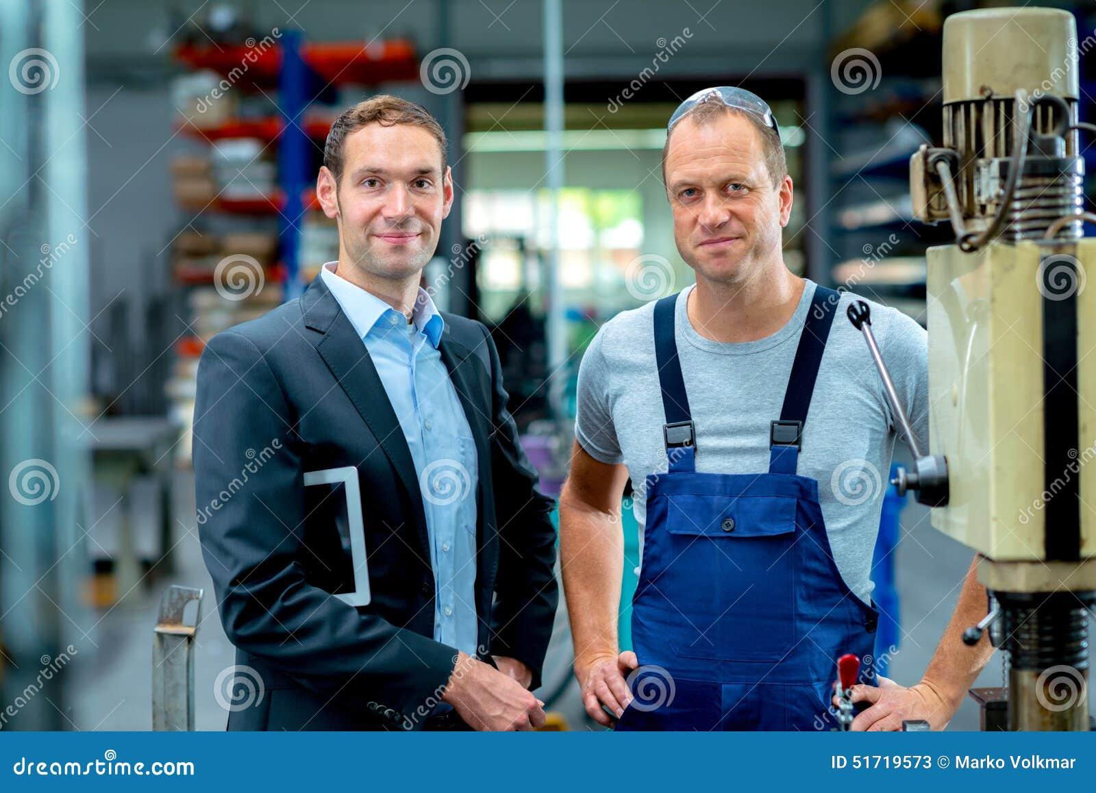 Chefe e trabalhador novos na fábrica