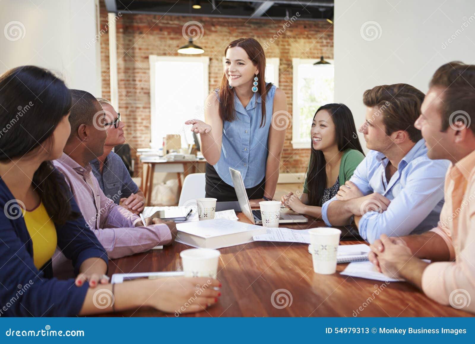 Chefe fêmea Addressing Office Workers na reunião