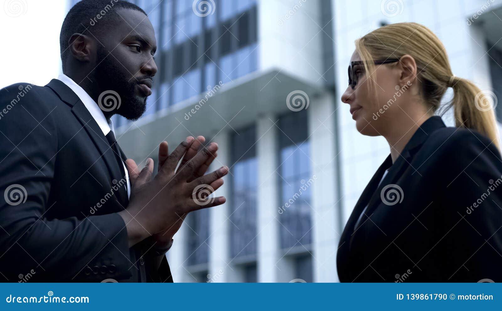 Chefe fêmea decepcionado descontentado com trabalho pouco qualificado do empregado, destituição
