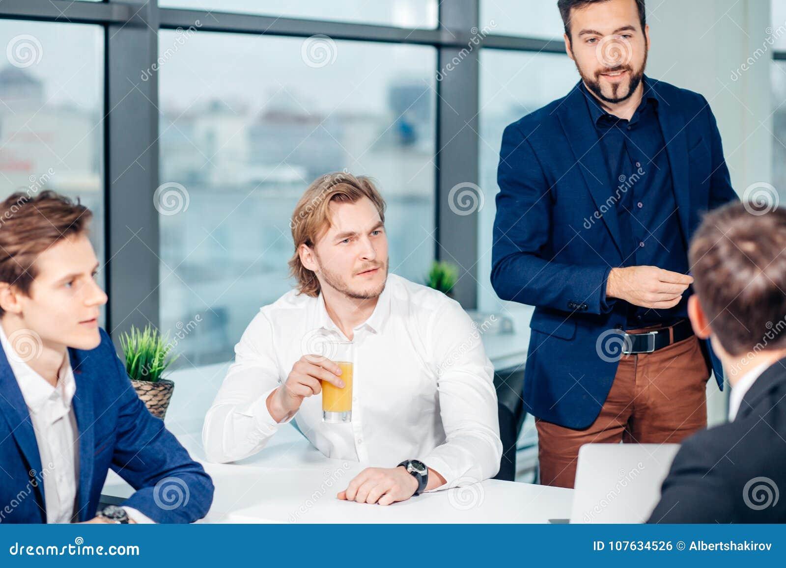 Chefe masculino de sorriso que fala à unidade de negócio