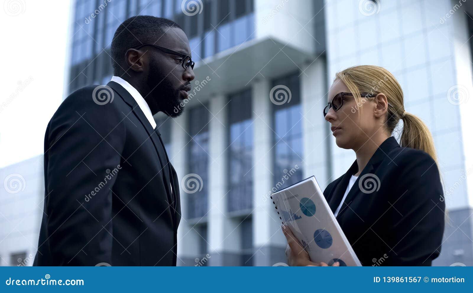 Chefe masculino decepcionado descontentado com trabalho pouco qualificado do empregado, destituição