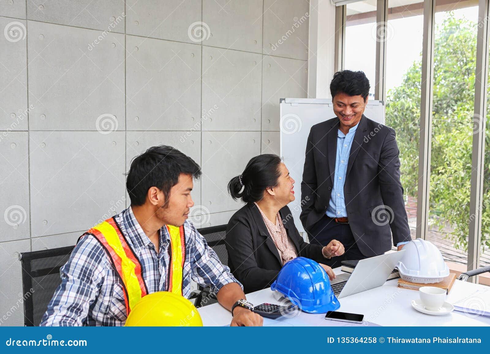 Chefen kontrollerar arbetet av teknikerlaget Planläggning av teknikerer och tekniker Tekniker- och arkitektplanläggning