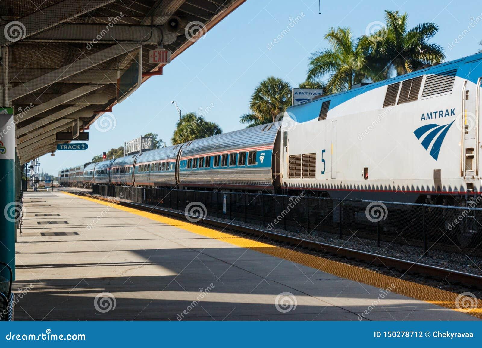 A chegada do trem azul do tri trilho na estação do parque de Mangonia na palma ocidental