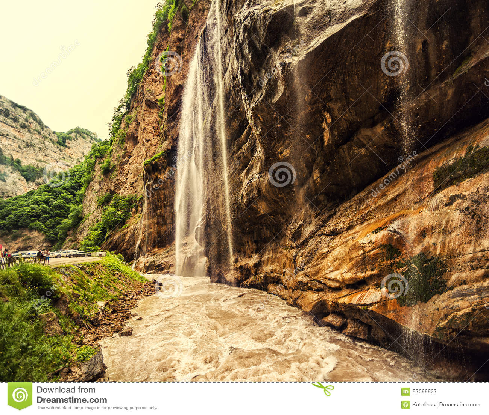 Chegemwatervallen in ruwe canion en berg