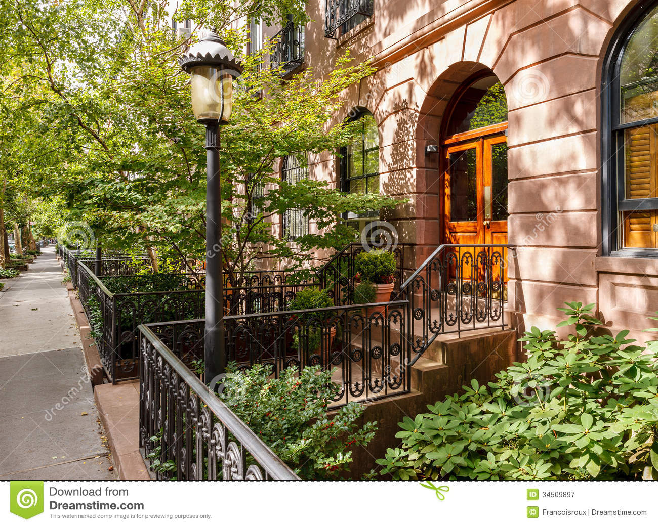 Chelsea tree filled street and its townhouses and royalty for Case vacanza a new york manhattan
