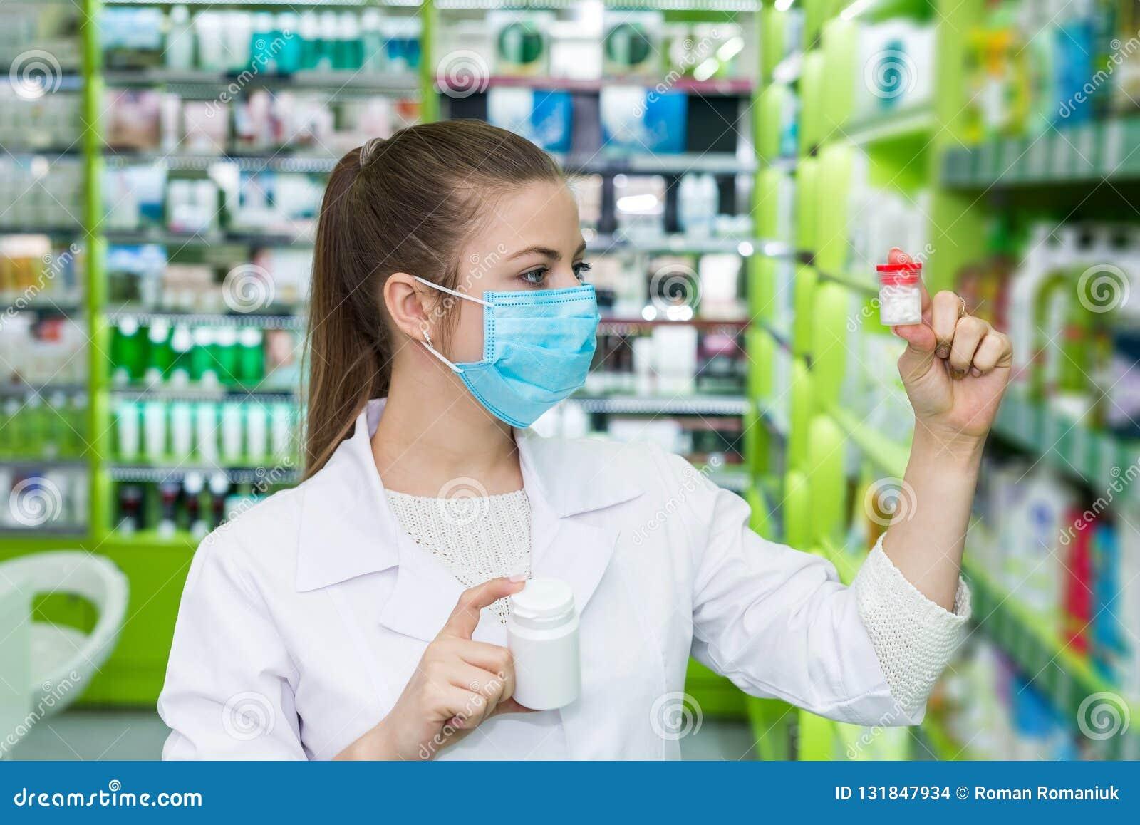 Chemicus die fles met pillen in drogisterij bekijken